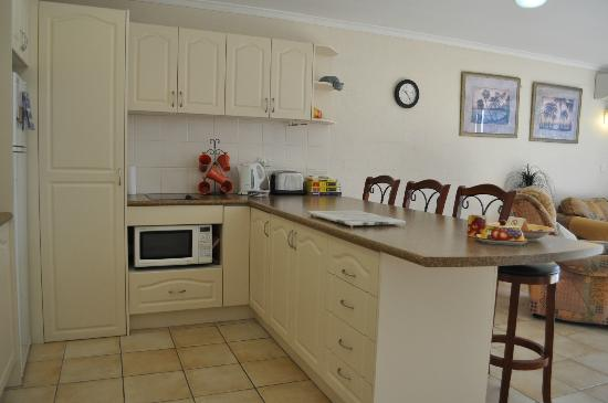 Burleigh Palms Holiday Apartments: kitchen 1 bedroom 2nd floor