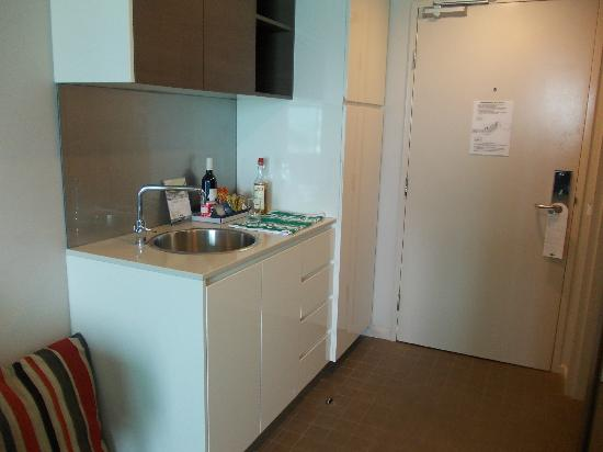 Adina Apartment Hotel Darwin Waterfront: Kitchenette room 437