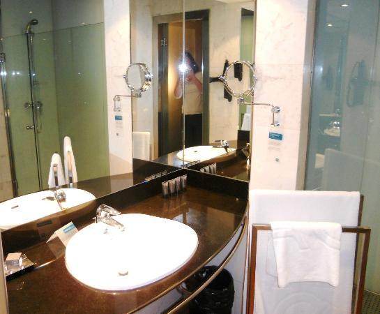 AC Hotel Ciudad de Sevilla: Our bathroom