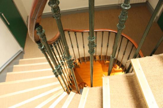 Hotel Ambassadeurs : Escalier colimaçon du 19ème siècle (hôtel sans ascenseur)