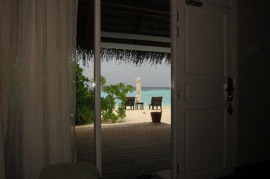 Vakarufalhi Island Resort: view of the beach from inside my cottage