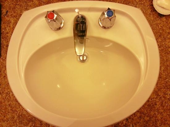 โรงแรมแกรนด์มิลเลนเนียม กัวลาลัมเปอร์: Basin in the bathroom.