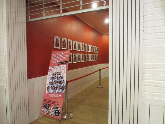 JKT48 Theater : JKT48劇場、ステージへの通路