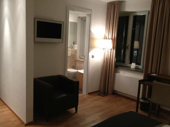 Qube Hotel Heidelberg: Functional room..everything you need ..