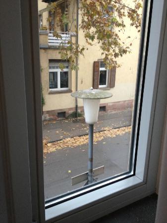 Qube Hotel Heidelberg: That dreaded street light outside my window..Room 111
