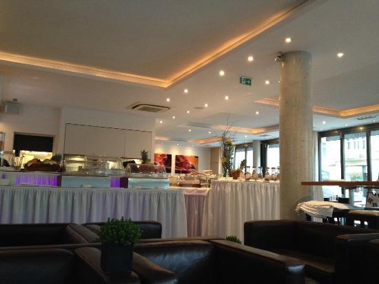 Qube Hotel Heidelberg: Restaurant..Also used for breakfast..