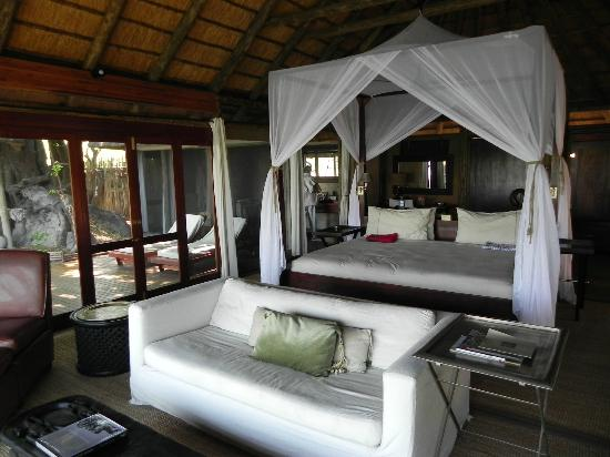 Wilderness Safaris Kings Pool Camp: Suite mit kleiner Terrasse und Pool