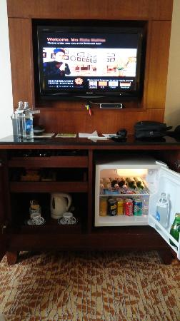 Rembrandt Hotel Bangkok: mini-bar and tv console