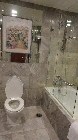 Rembrandt Hotel Bangkok: clean spacious bathroom