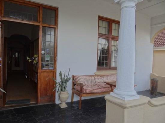 Atforest Guest House: Die Raucherecke und das Fenster von unserem Zimmer
