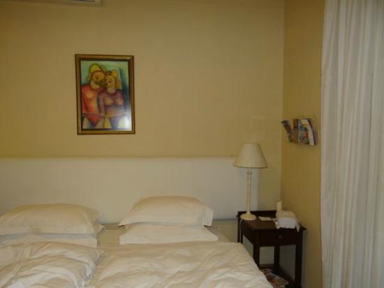 Atforest Guest House: Das Bild überm Bett ist Geschmacksache