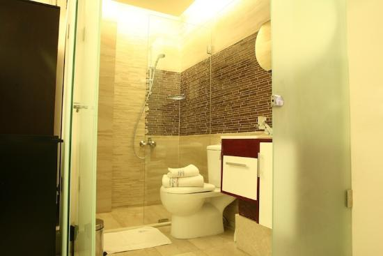 Park Lane Furnished Suites: Royal Suite bathroom