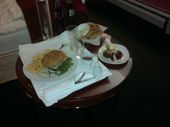 Radisson Blu Plaza Hotel, Oslo: Room service meal (Cheese and Bacon Burger +)