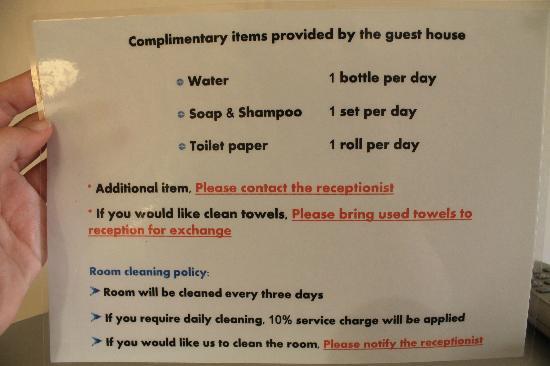 Thaphae Garden Guesthouse: Más y más carteles!!!