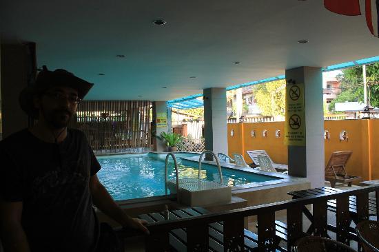 Thaphae Garden Guesthouse: Piscina en la misma entrada, con carteles normas a la derecha!