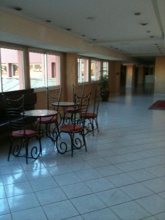 فندق رياض موكادور: Corridor to dining area 