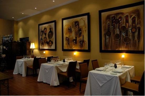 Le Cercle Gourmand : Elegant decor inside the restaurant