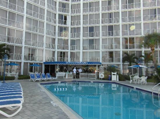 جاي هارفي أوت بوست تريدوندز بيتش ريزورت: Pool area with the outdoor restaurant area.