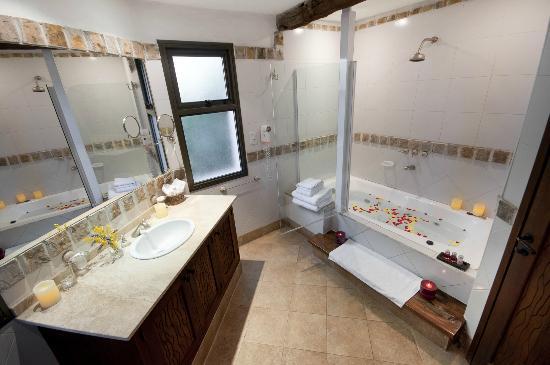 Lares De Chacras: Special room bathroom with Jacuzzi