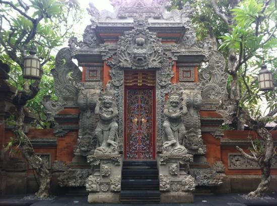 Puri Santrian: hotel entrance