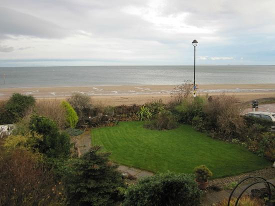 Joppa Turrets Guest House: l'océan vu de la fenêtre de notre chambre