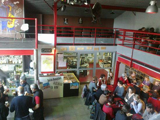 Niort, فرنسا: vue du premier étage sur le bar et la salle 