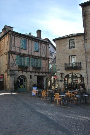 Figeac, Francia: Facade Hôtel sur la gauche
