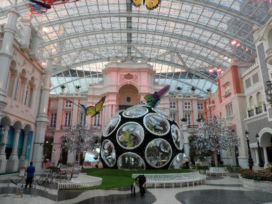 MGM Macau: Grande Praca, the grand atrium - spectacular!