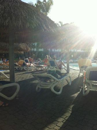 Hotel Riu Naiboa: By the pool