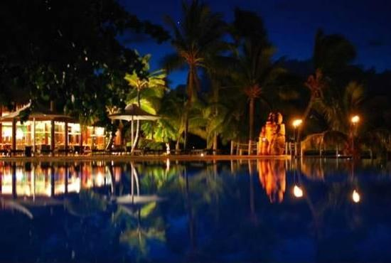 Moorea Pearl Resort & Spa: Pool at night