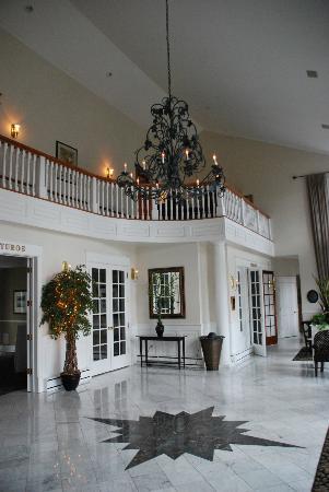 The Inn at Black Star Farms: Foyer