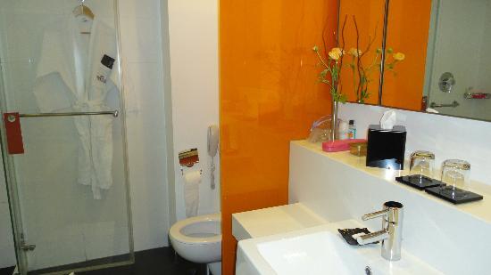 Crowne Plaza Tel Aviv City Center : banheiro moderno