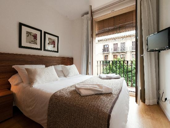 Dailyflats Barcelona Center: Comfortable main bedroom