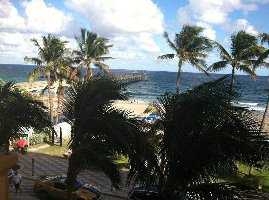 Wyndham Deerfield Beach Resort: A view of the fishing pier from our 3rd story room