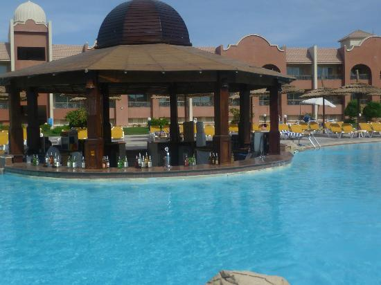 Tirana Aqua Park Resort: poolside bar hot and cold drinks 10 till dusk