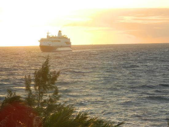 Marriott's Ocean Pointe: early morning cruise ship coming back to port