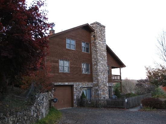 Mountain Song Inn: View of Inn with Beautiful Stone Chimney