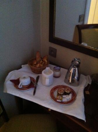 Hotel du Bois: maigre petit déjeuner en chambre