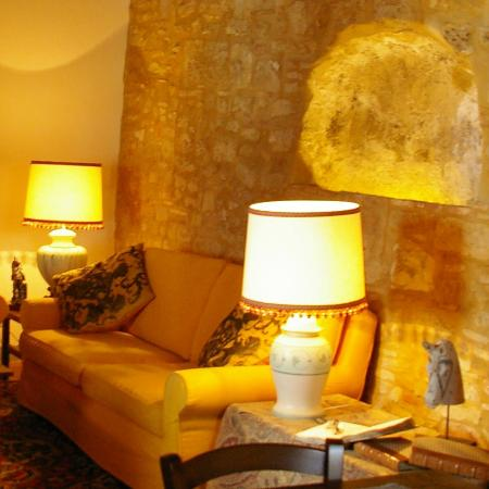 Santa Maria a Poneta: stone wall in the sitting room