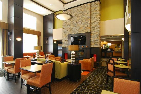 Hampton Inn & Suites Tulsa / Catoosa: Hotel Great Room/Lobby
