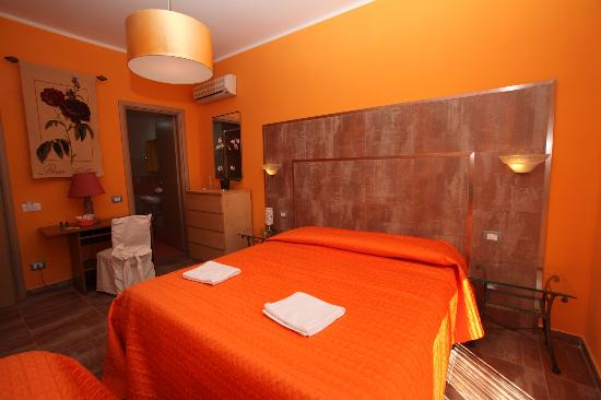 B&B Roma Gianicolense: camera rubino con bagno interno