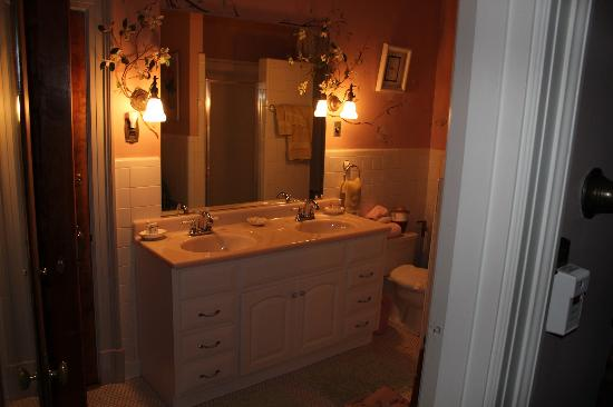 Federal Crest Inn: Bathroom of the Dogwood