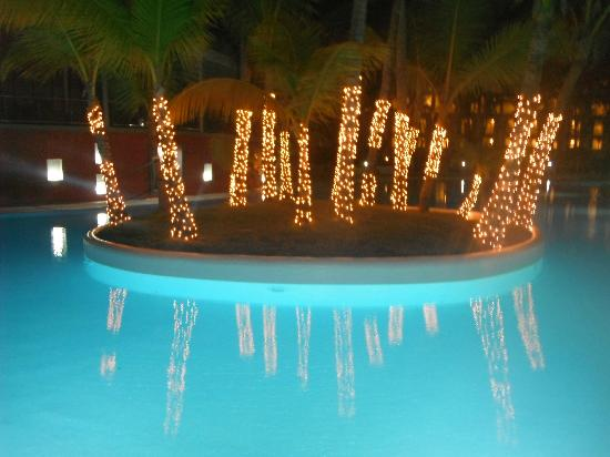 Hotel Riu Naiboa: The island of the pool in the evening!