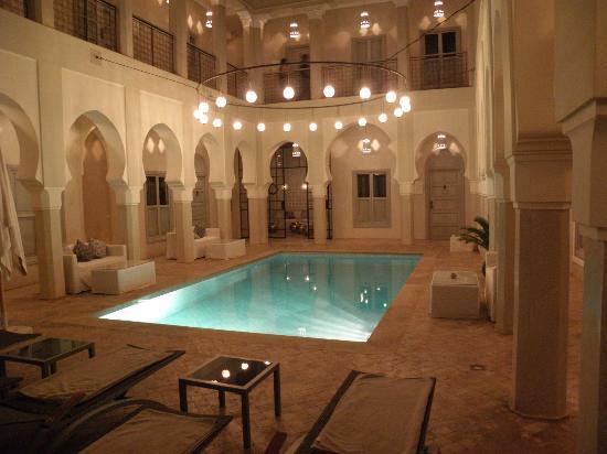 Riad Nashira & Spa: vista notturna piscina
