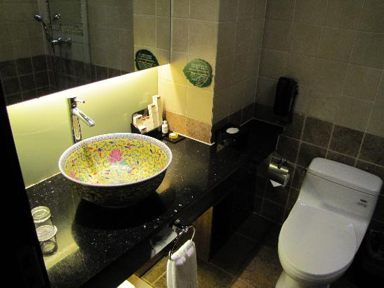 BuddhaZen Hotel: Superior Double Room Bathroom