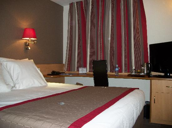 Kyriad Montpellier - Aeroport: Chambre rouge