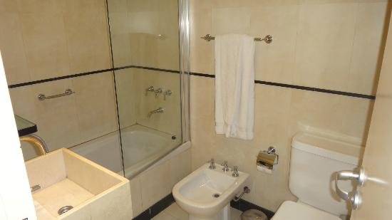 Ayres de Recoleta Hotel: Banheiro pequeno, mas funcional