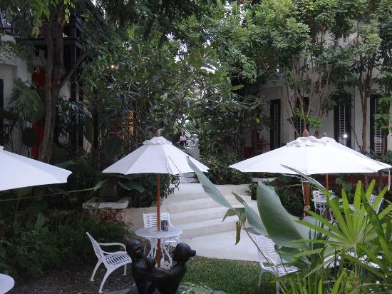 Kirikayan Boutique Resort : L'allée centrale avec les chambres sur chaque coté