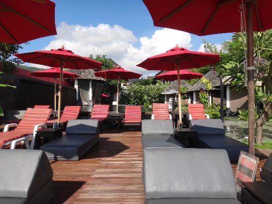 Kirikayan Boutique Resort : la terrasse avec la piscine et les cabines de massages