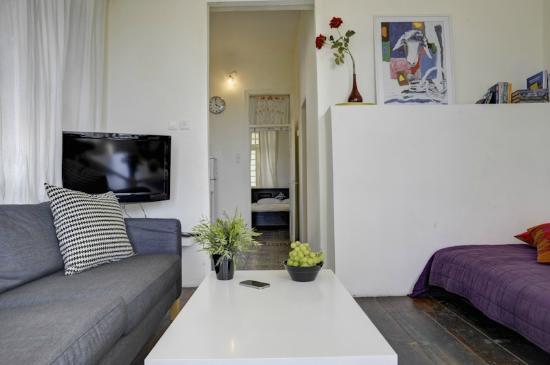 """Villa Vilina Oasis in Neve Tzedek: Living Room at """"Warbler Unit"""""""